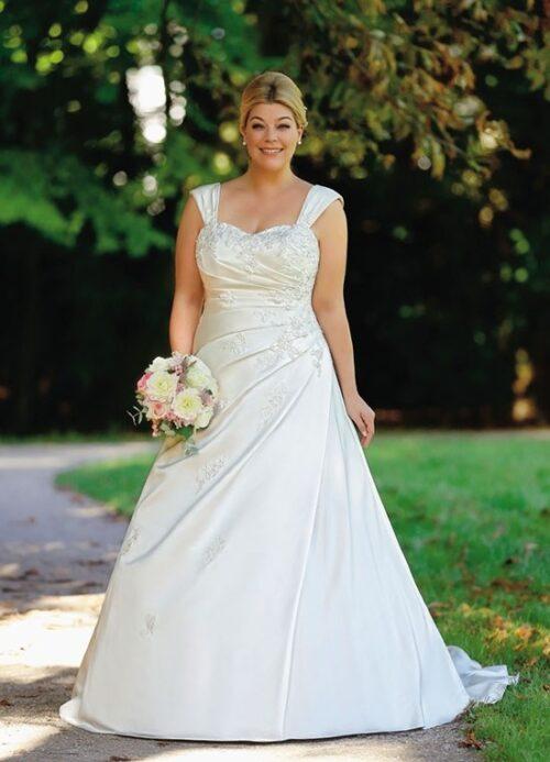 Brudekjole 55789Wu i smukt satin. Find Plus size brudekjoler hos Unique Kjoler.