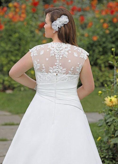 5822W brudekjolen har en god slankende pasform. En ideel plus size kjole med både satin og blonder.