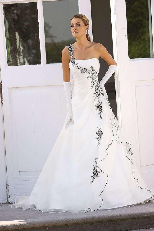Smukke detaljer præger denne elegante Ladybird brudekjole fra Unique Kjoler.