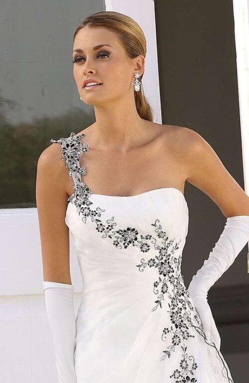 En elegant og unik brudekjole, der også fås i plus size størrelser hos Unique Kjoler.