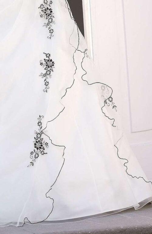 Skil dig ud med denne smukke Ladybird brudekjole fra Unique Kjoler.
