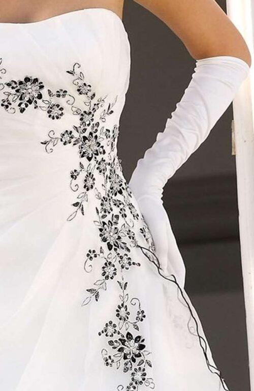 Ladybird brudekjolen har smukke unikke detaljer, der kan vælges i flere farver.