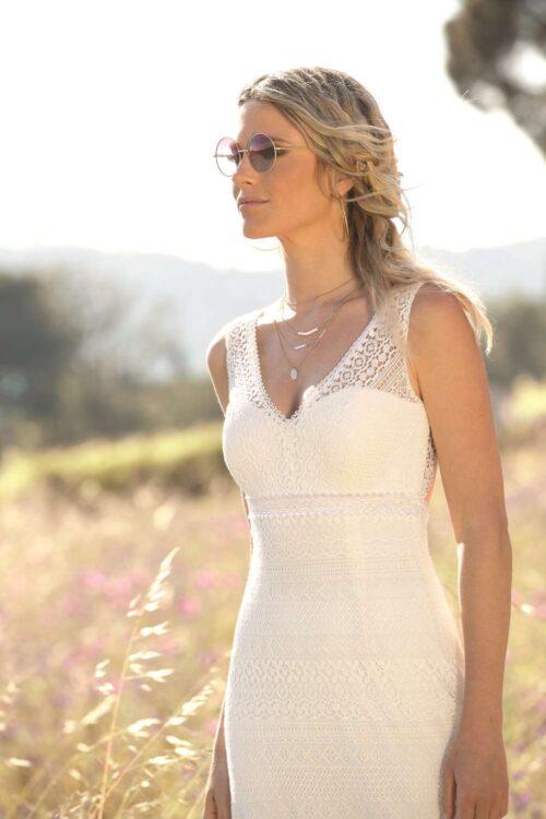 Smuk og enkel brudekjole med bar ryg fra Unique Kjoler.
