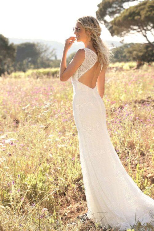Brudekjole i boheme stil med blonder og bar ryg fra Unique Kjoler.