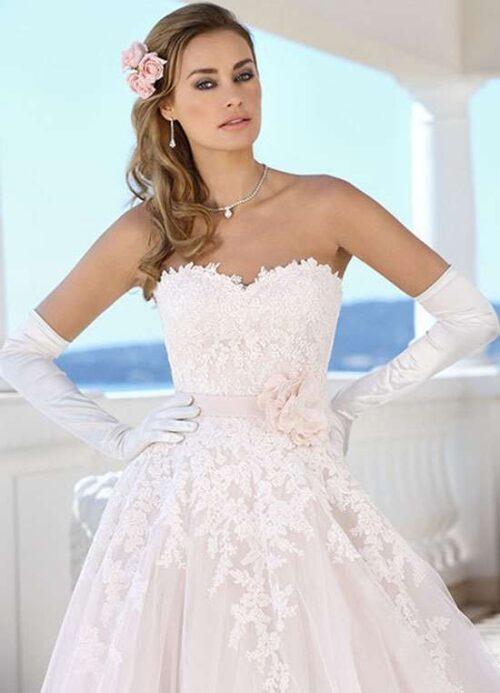 Fulend din store dag med denne smukke brudekjole med blonder og tylskørt.