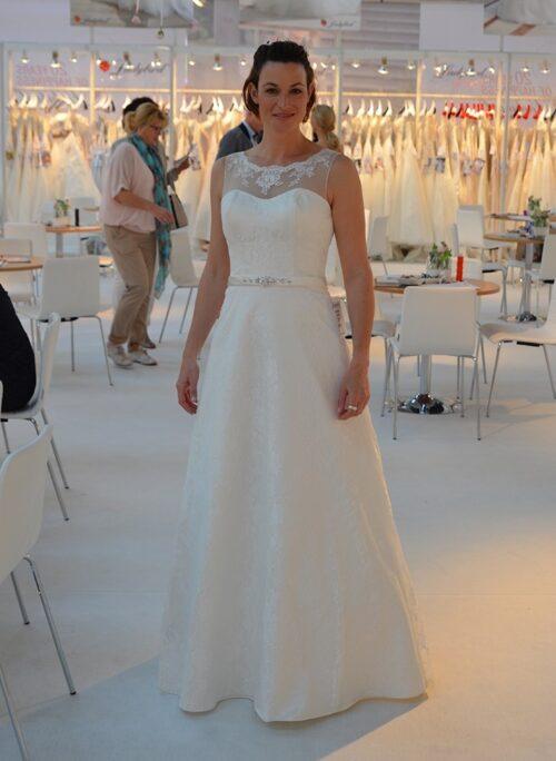 Smuk brudekjole uden slæb med smukke blonder fra Unique Kjoler.