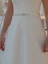 Ladybird brudekjolen har et fint smalt bælte med smukke sten, der understreger taljen.