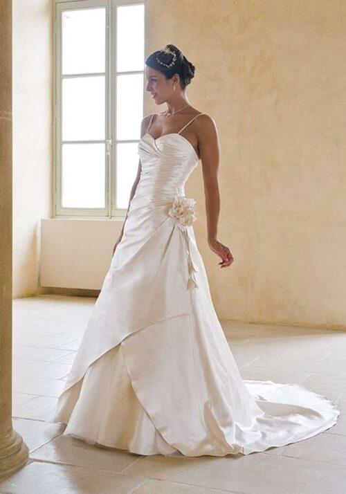 Enkel brudekjole i blødt satin. Prøv kjolen hos Unique Kjoler.