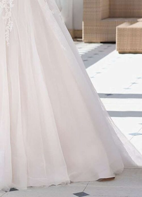 Denne skønne prinsesse brudekjole er strpløs og er med tylskørt.
