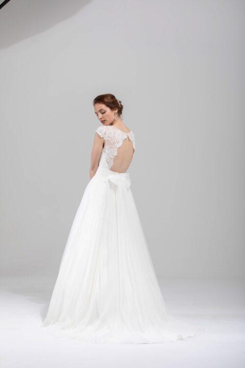 Smuk brudekjole med bar ryg, blonder og mange fine detaljer. Book tid på Unique kjoler.