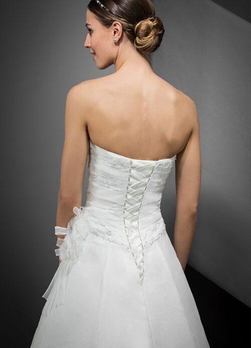 Brudekjole Eglantine Delhi fra Unique Kjoler er stropløs og med klassisk snøre i ryggen, der giver en perfekt pasform.