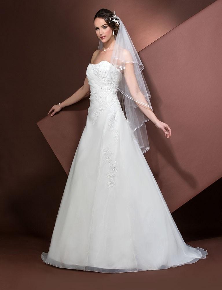 Smuk og elegant stropløs brudekjole med blonder og snøreryg fra Unique Kjoler.