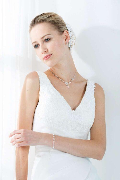 Tatiana brudekjolen har en smuk v-hals med stropper prydet med let blonde.