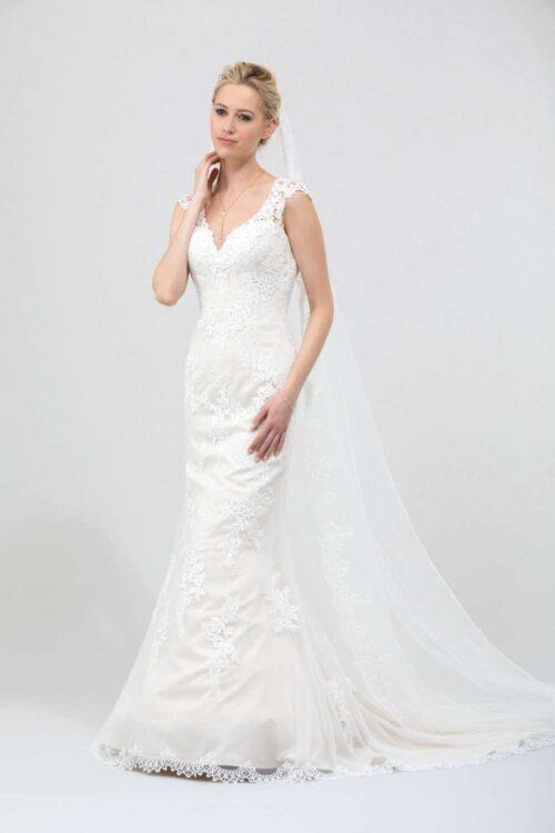 Smuk tætsiddende brudekjole med blonder fra Unique Kjoler.