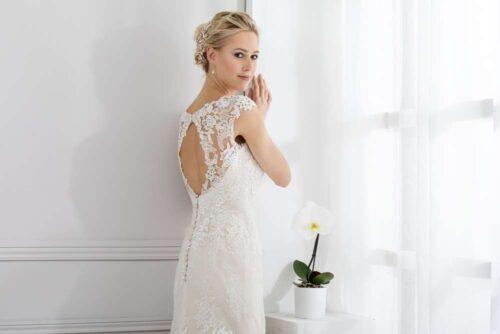Tætsiddende brudejole med blonder og v-udskæring fra Unique Kjoler.
