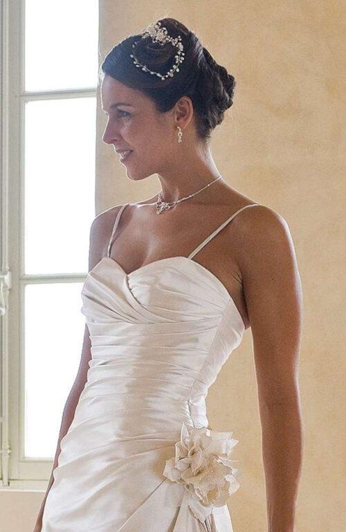 Brudekjole i satin med smalle stropper og i perfekt tætsiddende pasform.