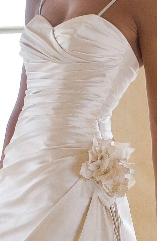 Brudekjolen model Fina i blødt satin har smukke draperinger.