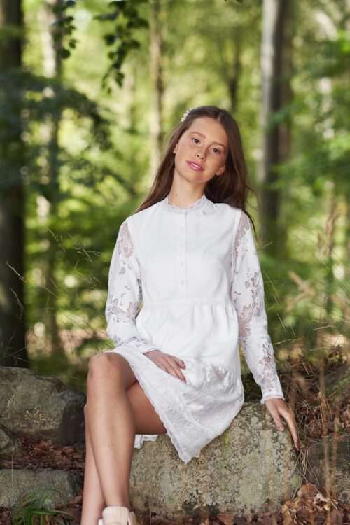 Real Silk konfirmationskjole model Nannabella med blonder og lange ærmer. Se alle 2020 konfirmationskjoler her.