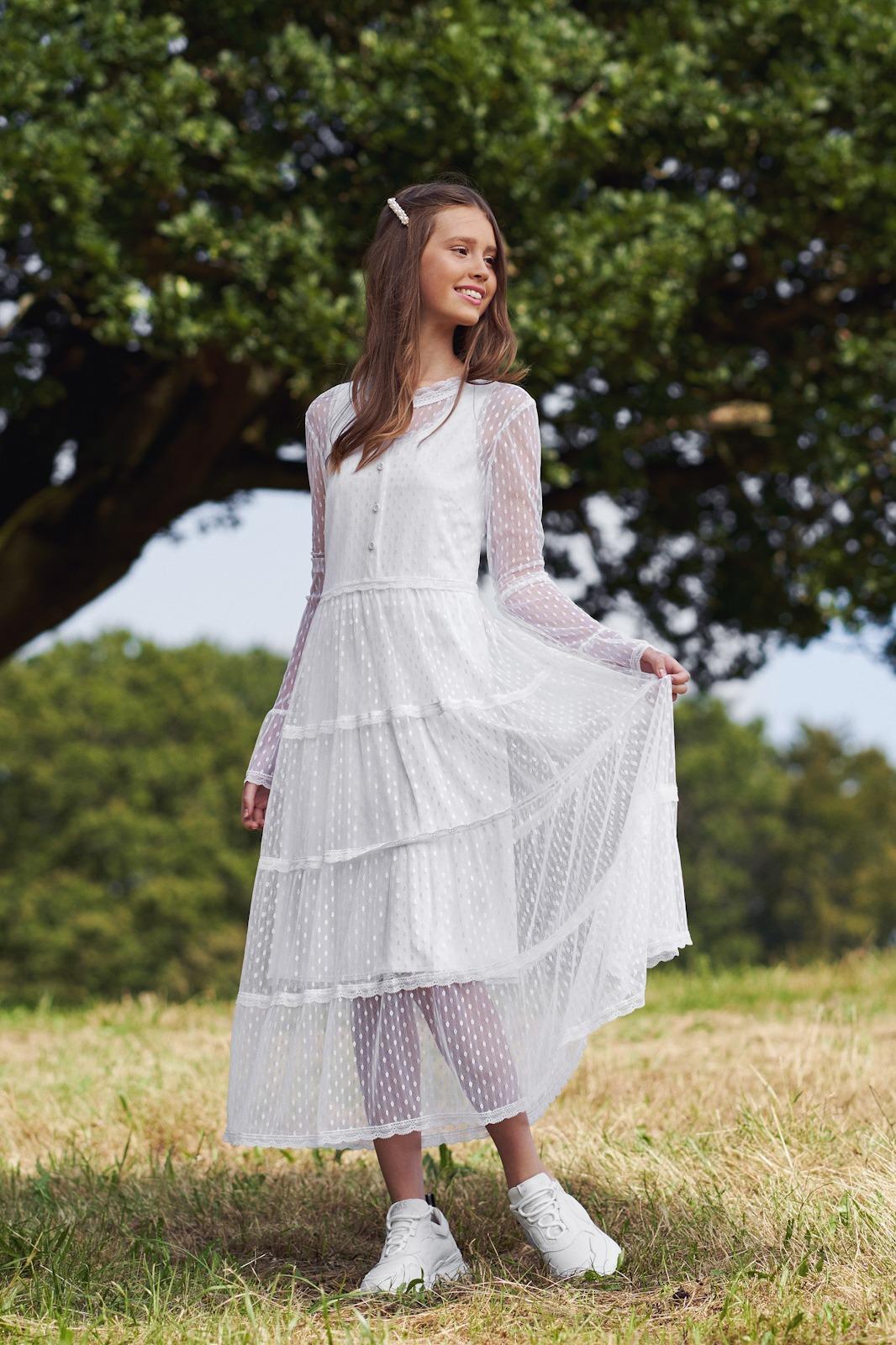 Vildt smuk konfirmationskjole med blonder fra Real Silk. Se model Netti hos Unique Kjoler.