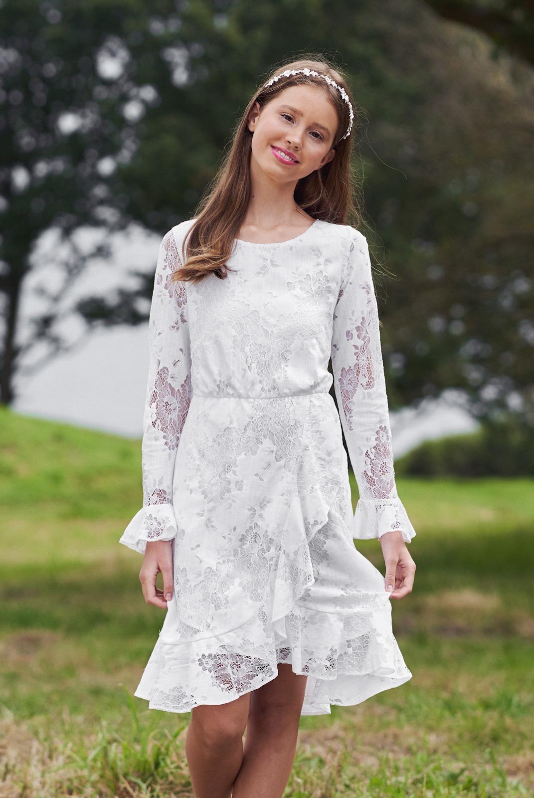 Real silk Ninka konfirmationskjole med blonder. Se det store udvalg hos Unique Kjoler.