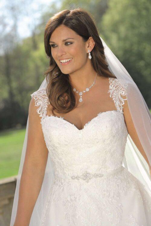 Brudekjolen model LS 319021 har en smuk udskæring og fine blondedetaljer.
