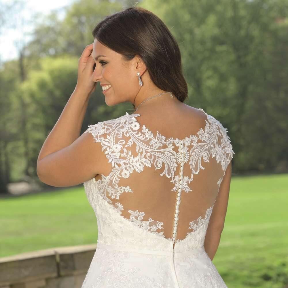 Denne brudekjole har elegant blondeudsmykning. Se LS 319021 hos Unique Kjoler.