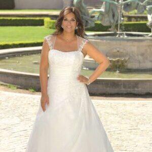 Smuk hvid brudekjole model LS 719021 med blonder - Også til plus size bruden.