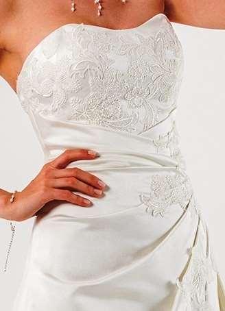 De flotte blondedetaljer på Parma brudekjolen giver et særligt præg til denne smukke kjole fra Unique Kjoler.