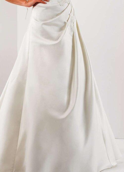 Parma brudekjolen har et smukt fald i stoffet og fremhæver de feminine former på skønneste vis.