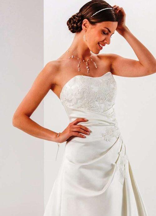 Den stropløse og feminine Parma brudekjole fra Unique Kjoler.