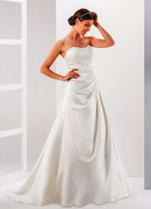 Feminin stropløs brudekjole med flotte blondedetaljer fra Unique Kjoler.
