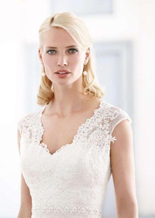 Roxy brudekjolen har en smuk halvdyb halsudskæring, der giver et smukt udtryk.