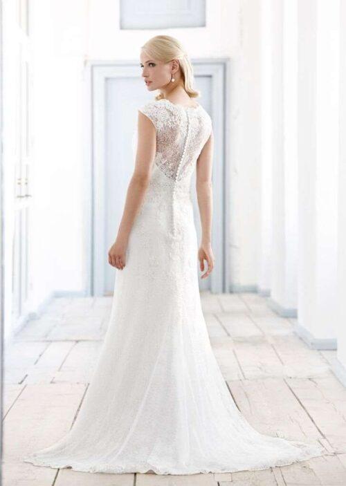 Brudekjole med fin blonderyg, der giver et let og elegant look fra Unique Kjoler.