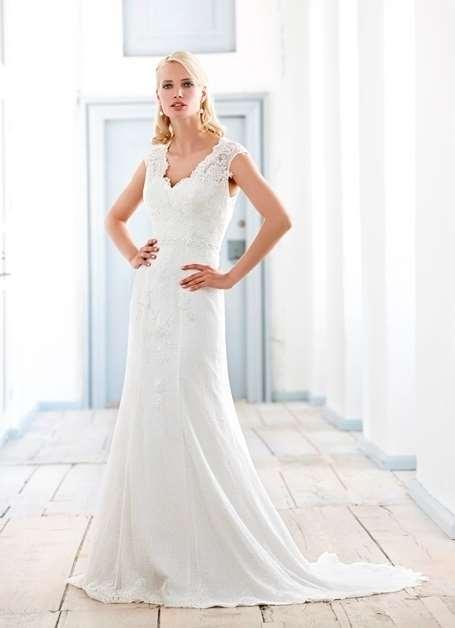 Smuk og elegant brudekjole med blonder og slæb. Find din drømmekjole hos Unique Kjoler.