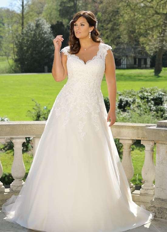 Den elegante brudekjole model LS 219023 fra Unique Kjoler.