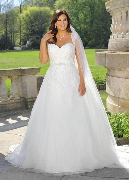 LS 319021 brudekjole med blonder og tyl fra Unique Kjoler.
