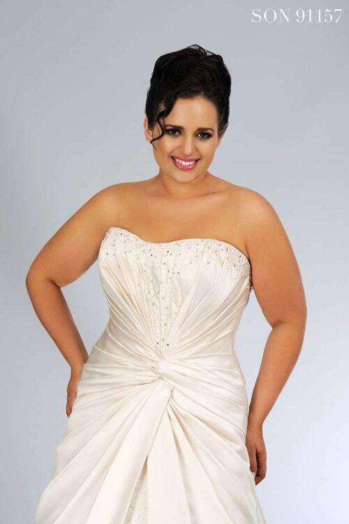 Plus size brudekjole model son-91157 er stropløs brudekjole i lækkert satin.