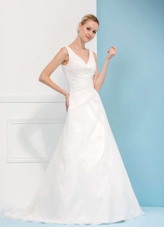 Enkel og elegant Tatiana brudekjole med lille slæb og enkel blonde - Fås også i Plus size.